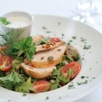 restauracja-salatka-z-soczystym-kurczakiem